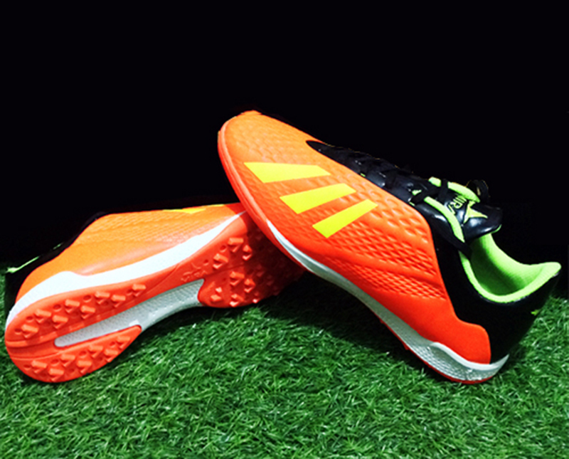 những lưu ý khi lựa chọn giày đá bóng sân cỏ nhân tạo