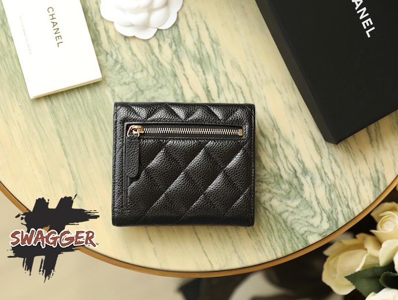 Chanel Clasic Small Flap Wallet Black sử dụng chất liệu chính hãng, sản xuất hoàn toàn bằng thủ công, cam kết chất lượng tốt nhất, full box và phụ kiện